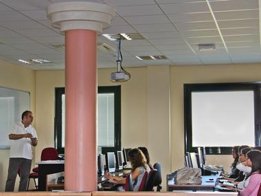 Bibliotecario impartiendo un curso de formación de usuarios