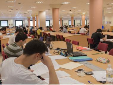 alumnos de la Universidad de Jaén estudiando en la Biblioteca