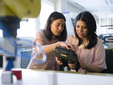 Dos alumnas realizando un experimento durante las prácticas