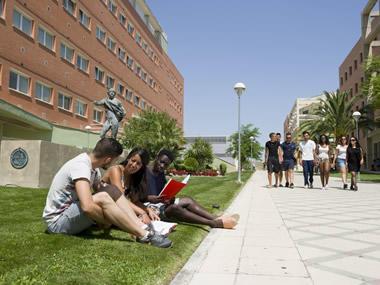 Estudiantes en el Campus de la Universidad de Jaén